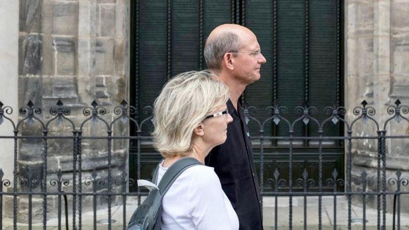 Președintele Bisericii Adventiste Ted Wilson și soția sa Nancy, trecând pe lângă ușa Castelului Biserică din Wiitemberg, Germania, acolo unde Martin Luther a afișat cele 95 de teze în 1517.
