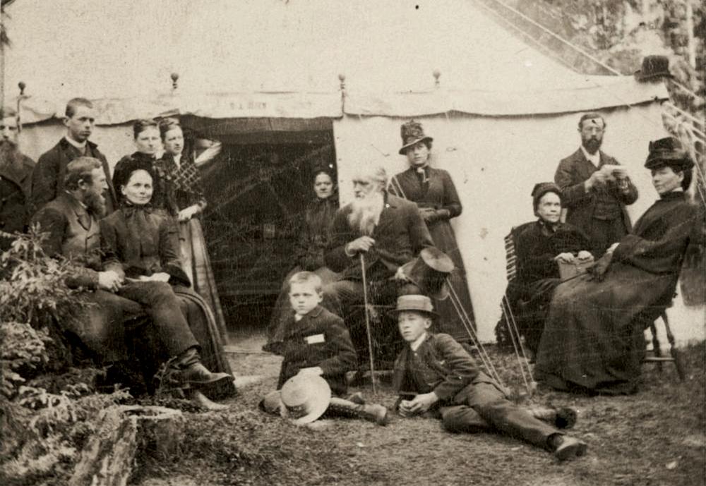 Întâlnirea de corturi de la Moss, Norvegia din iunie 1887 s-a bucurat de participarea mai multor pionieri ai bisericii printre care și Ellen G. White (a treia din partea dreaptă)